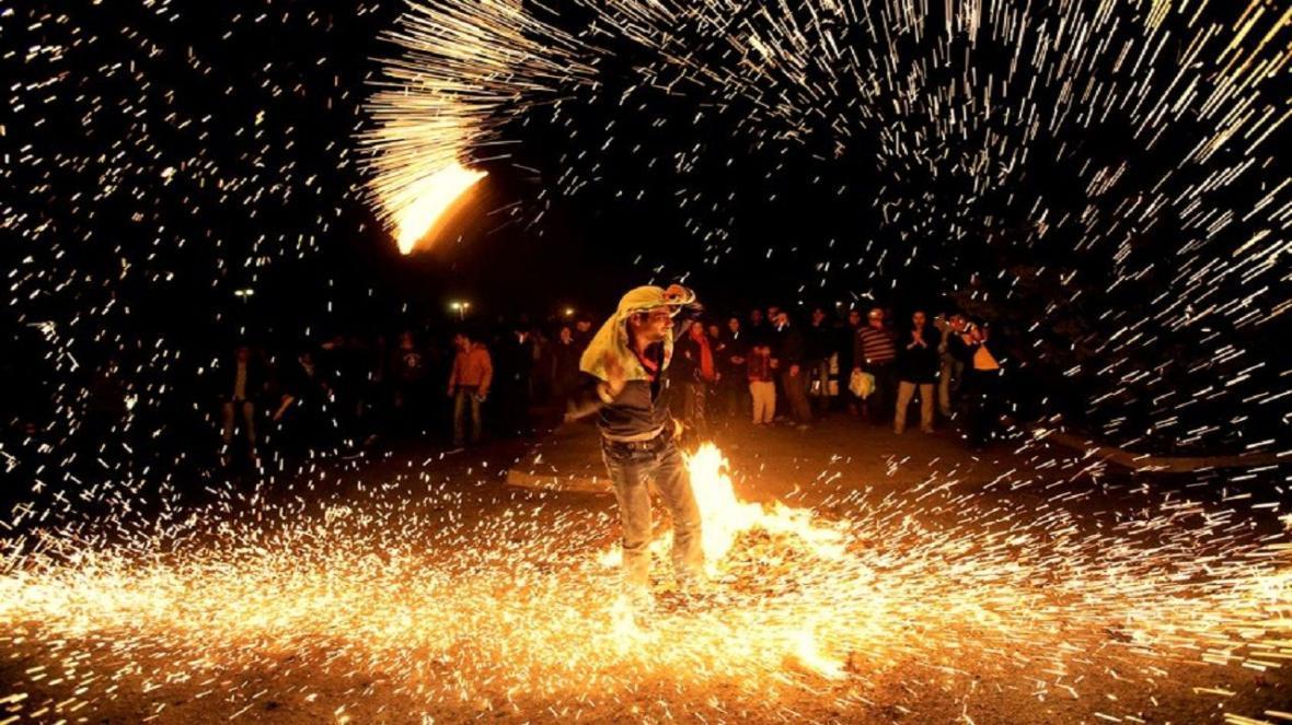 چهارشنبه سوری آتش بحران کرونا را شعله ور می نماید، خطر کرونایی شدن با ترقه بازی و آتش افروزی