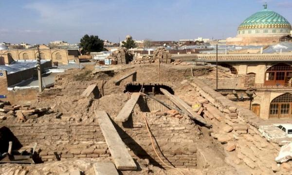 بازسازی دیوار سرای تاریخی وزیر قزوین شروع شد